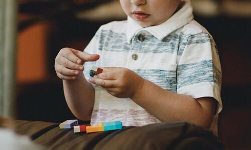 《蓝鲸财经》—— 大米和小米发布报告,疫情期间65%以上孤独症儿童家庭选择居家干预